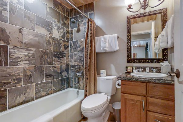 Queen Rm bath, one of 4 bathrooms